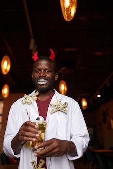 Afroamerikanischer mann bei der halloween-party im nachtclub