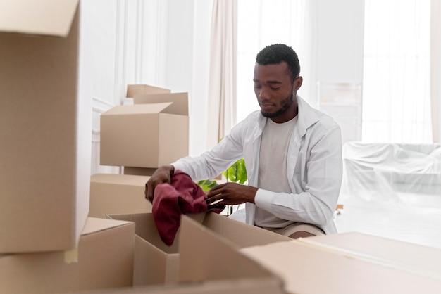 Afroamerikanischer mann bereitet sein neues zuhause vor, um einzuziehen
