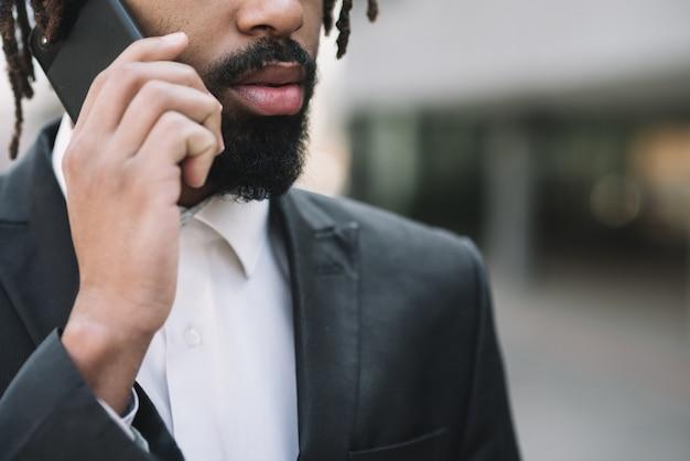 Afroamerikanischer mann, der am telefon spricht