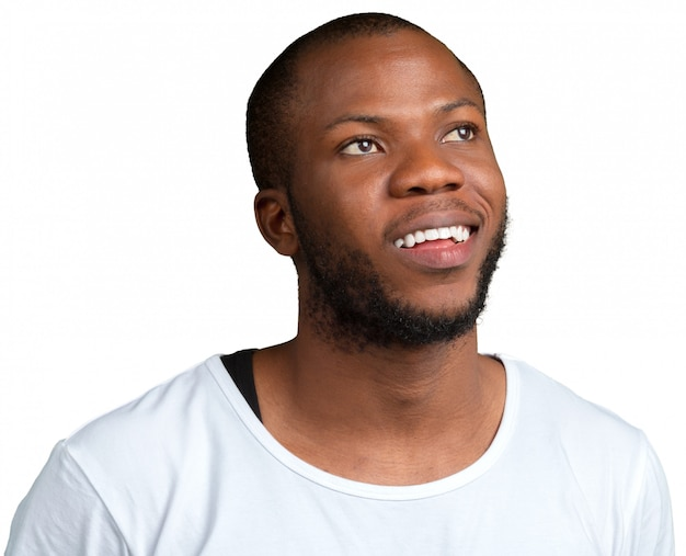 Afroamerikanischer mann, der an etwas lokalisiert auf weiß denkt