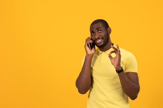 Afroamerikanischer mann, der auf dem smartphone spricht
