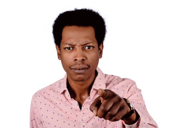 Afroamerikanischer mann, der auf front zeigt