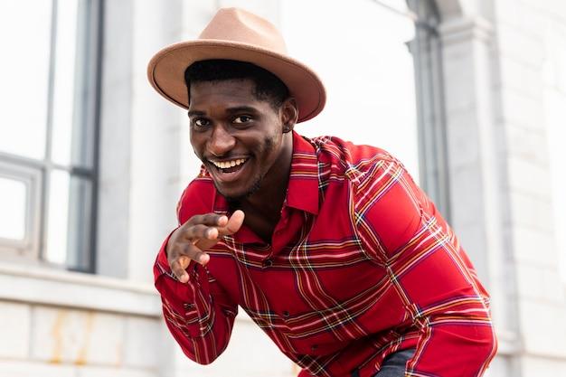 Afroamerikanischer mann, der eine tanzbewegung tut
