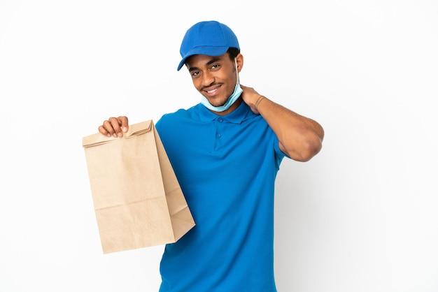 Afroamerikanischer mann, der eine tüte essen zum mitnehmen isoliert auf weißem hintergrund lacht