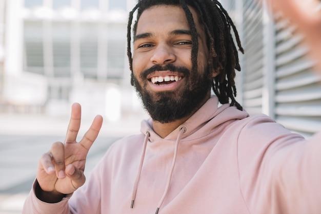 Afroamerikanischer mann, der friedenszeichen zeigt