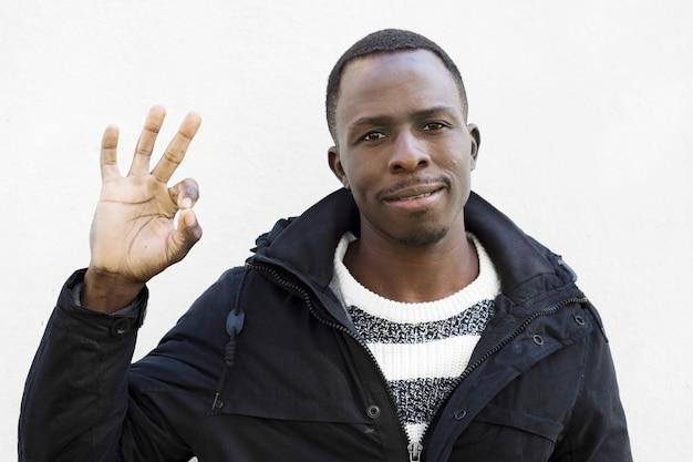 Afroamerikanischer mann, der okaygeste tut