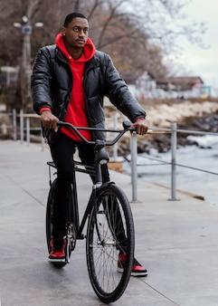 Afroamerikanischer mann, der sein fahrrad reitet
