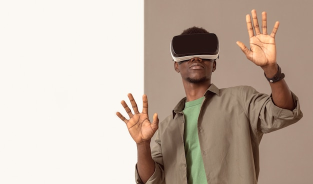 Afroamerikanischer mann, der virtual-reality-headset verwendet