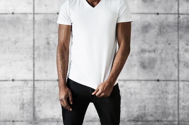 Afroamerikanischer mann, der weißes t-shirt trägt
