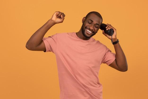 Afroamerikanischer mann hört musik über lautsprecher