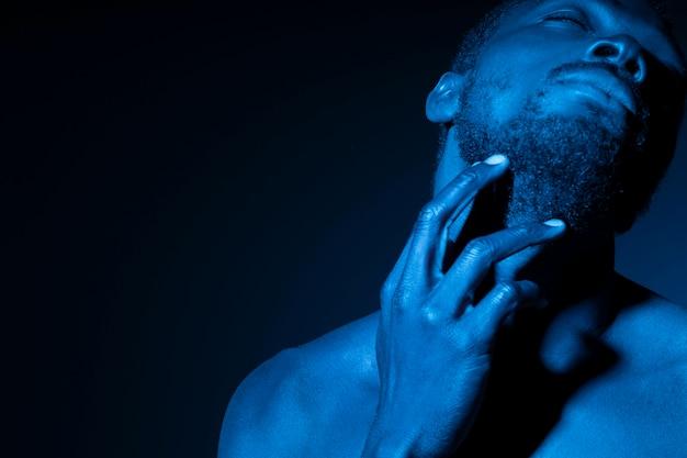 Afroamerikanischer mann in blautönen