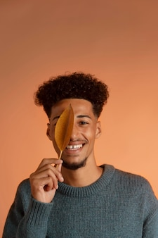 Afroamerikanischer mann in herbsteinstellung