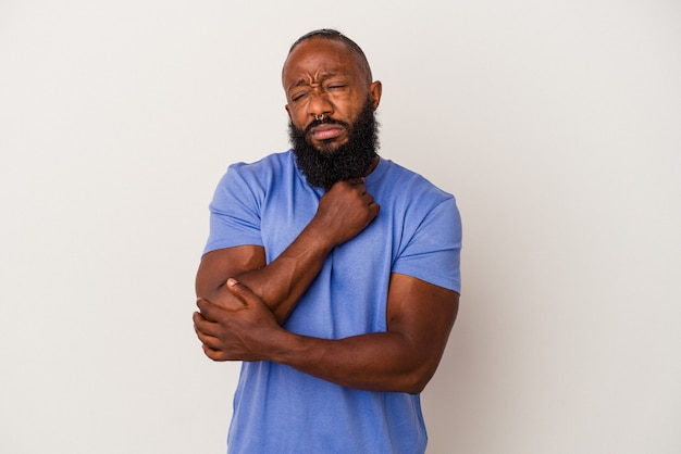 Afroamerikanischer mann mit bart, der auf rosafarbenem hintergrund isoliert ist, leidet an halsschmerzen aufgrund eines virus oder einer infektion.
