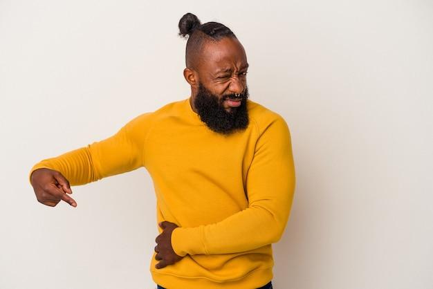 Afroamerikanischer mann mit bart einzeln auf rosafarbenem hintergrund mit leberschmerzen, bauchschmerzen.