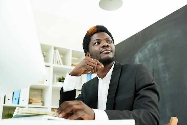 Afroamerikanischer profi am schreibtisch