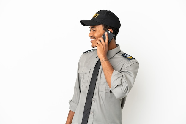 Afroamerikanischer schutz über isoliertem weißem hintergrund, der ein gespräch mit dem mobiltelefon mit jemandem führt