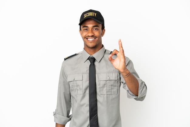 Afroamerikanischer schutz über isoliertem weißem hintergrund, der ein ok-zeichen mit den fingern zeigt