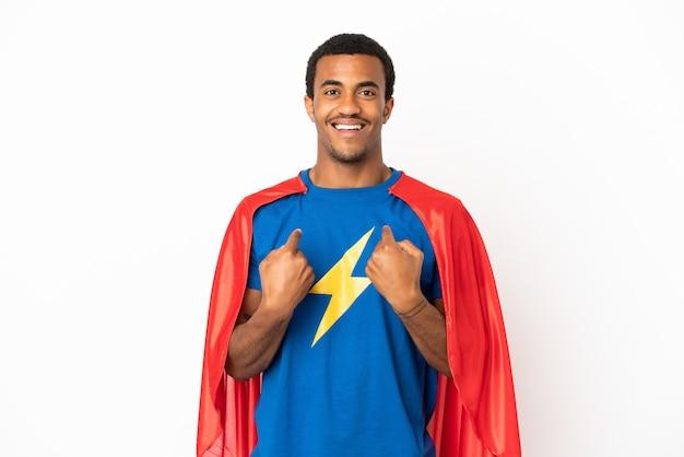 Afroamerikanischer superheld-mann über isoliertem weißem hintergrund mit überraschtem gesichtsausdruck