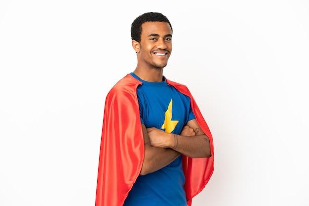Afroamerikanischer superheld-mann über isoliertem weißem hintergrund mit verschränkten armen und freut sich