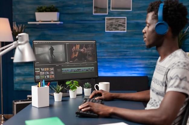 Afroamerikanischer videofilmer-editor, der filmmontagen retuschiert, visuelle effekte bearbeitet