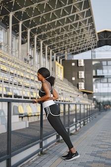 Afroamerikanisches fitnessmodel trainiert im freien