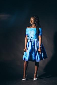 Afroamerikanisches frauenmodell im studio
