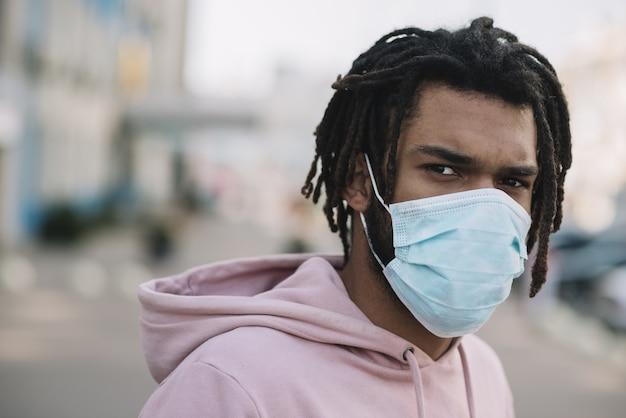 Afroamerikanisches modell, das medizinische maske trägt