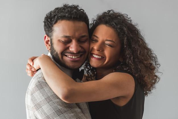 Afroamerikanisches paar in der formellen kleidung umarmt