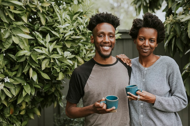 Afroamerikanisches paar mit kaffee im garten