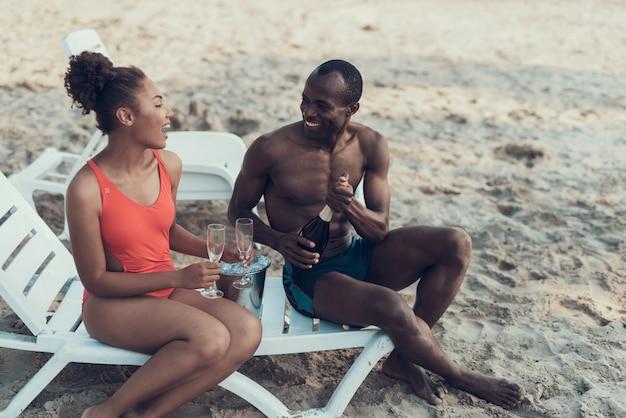 Afroamerikanisches paar ruht sich am river beach aus