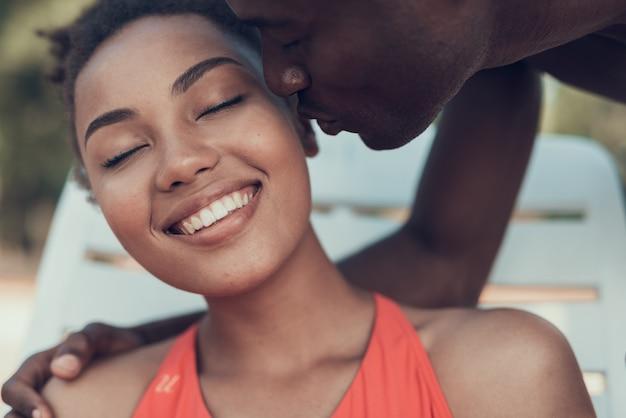 Afroamerikanisches paar ruht sich am strand aus