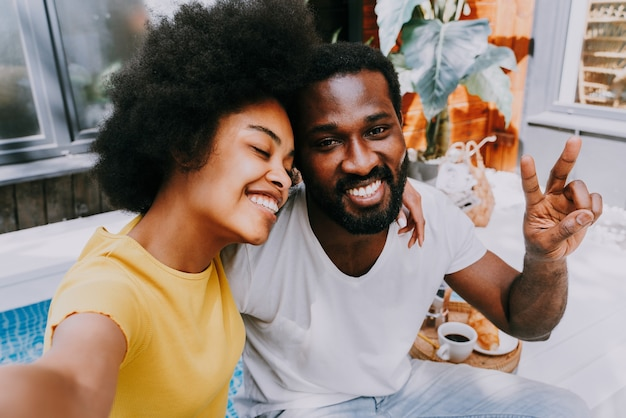 Afroamerikanisches paar zu hause im garten schönes schwarzes paar, das zeit miteinander verbringt