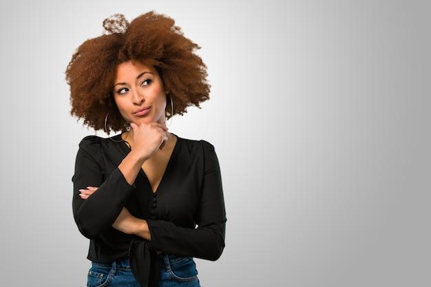 Afrofrau, die eine idee denkt und hat