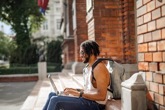 Afrokursteilnehmer, der an einem laptop arbeitet