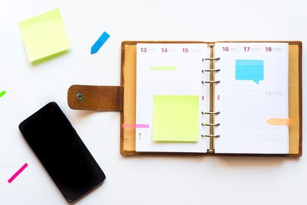 Agenda mit farbenfrohen post-it für erinnerungen