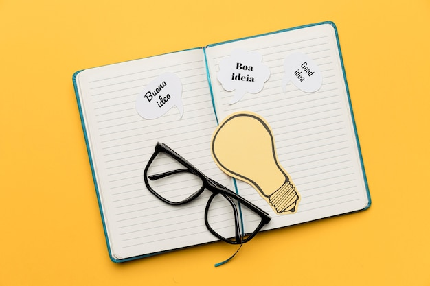 Agenda mit ideen auf dem schreibtisch