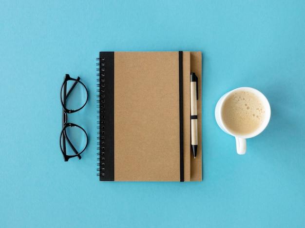 Agenda und eine tasse kaffee