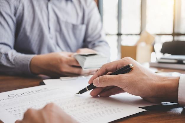 Agent, der dem kunden die entscheidung über ein wohnungsbaudarlehen gegenüber dem kunden vorlegt