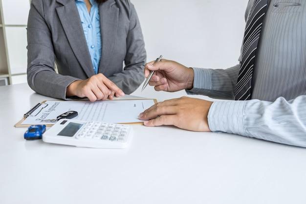 Agent manager, der das mietvertragsformular auf den geschäftsmannkunden zeigt, um zu entscheiden, ob er die vereinbarung unterzeichnet