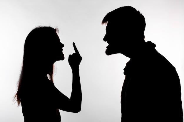 Aggressions- und missbrauchskonzept. mann und frau, die häusliche gewalt in der studio-silhouette ausdrücken