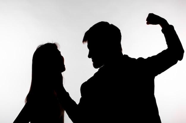 Aggressions- und missbrauchskonzept mann und frau, die häusliche gewalt in studiosilhouette ausdrücken