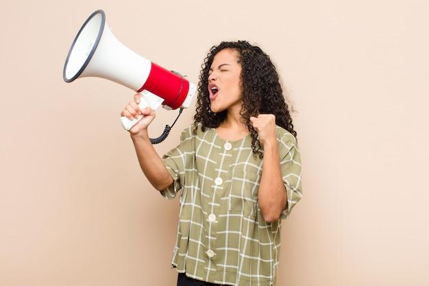 Aggressiv schreien mit einem wütenden ausdruck oder mit geballten fäusten, um erfolg zu feiern