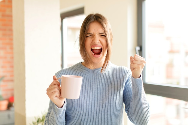 Aggressiv schreien mit wütendem gesichtsausdruck oder mit geballten fäusten erfolge feiern