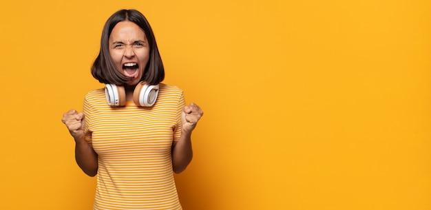 Aggressiv schreien mit wütendem gesichtsausdruck oder mit geballten fäusten, um erfolge zu feiern