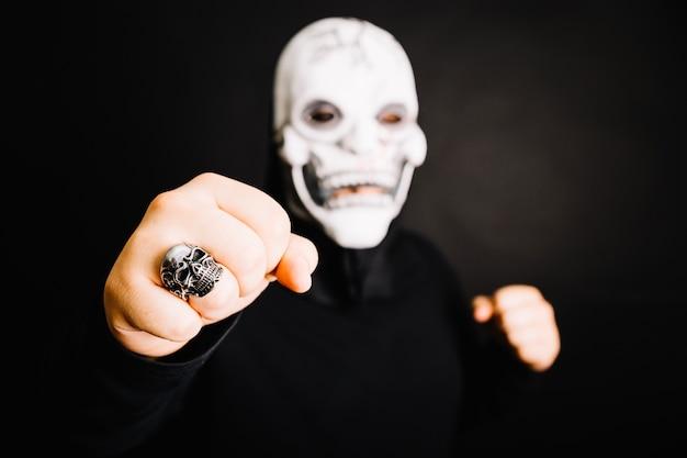 Aggressiver mann in maske schlagen