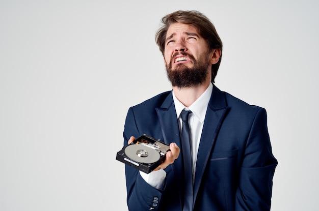 Aggressiver mann mit festplatte in händen emotionen reizbarkeit lichtraum business finance
