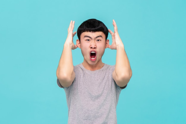 Aggressives verärgertes junges asiatisches mannschreien