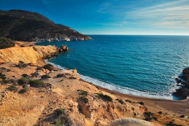 Agios ioannis strand auf sonnenuntergang milos insel griechenland