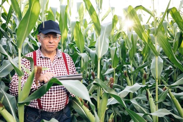 Agribusiness-technologie auf dem gebiet ipad landwirtschaftliche steuerung präzisionslandwirtschaft landwirt ipad