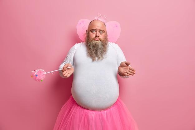 Ahnungsloser zweifelhafter männlicher versager wundert sich, warum seine fähigkeiten verschwunden sind, spielt in der leistung für kinder, trägt ein spezielles kostüm, hält einen zauberstab